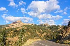 Diamond Peak entlang der vulkanischen Nationalpark-Landstraße Lassens Stockfotografie
