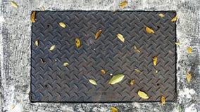 Diamond Plate Cover de aço retangular de uma câmara de visita na rua imagem de stock