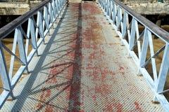 Diamond Plate Pathway zum Pier Lizenzfreies Stockbild