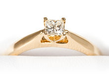 Diamond ring. A diamond solitaire ring in gold Stock Photography