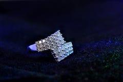 Diamond Ring op een stoffenoppervlakte Royalty-vrije Stock Foto's