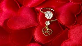 Diamond Ring op Harten Stock Afbeeldingen