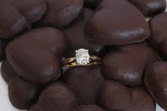Diamond Ring oval com corações do chocolate Foto de Stock