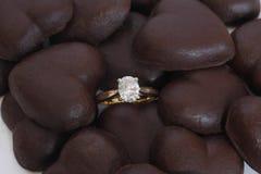Diamond Ring ovale con i cuori del cioccolato Fotografia Stock