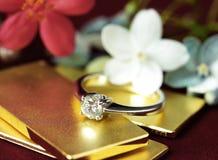 Diamond Ring på blommabakgrund för guld- stång royaltyfri bild