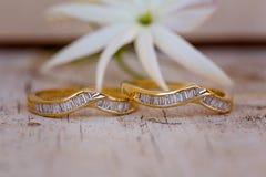 Diamond Wedding And Eternity Bands de lado a lado fotografia de stock