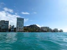Diamondhead和公寓房从海洋 免版税图库摄影