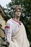 Diana dans la chemise brodée traditionnelle ukrainienne à Lviv Photos libres de droits