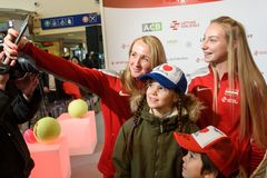 Diana Marcinkevica och Patricija Spaka av laget Lettland Medlemmar av Team Latvia för FedCup, under möte av fans royaltyfri foto
