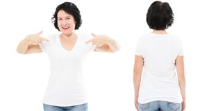 Dianteiro e traseiro opinião a mulher bonita do sorriso no t-shirt branco apontado em sua camisa de t isolada, mulher envelhecida fotografia de stock royalty free