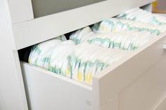 diapers Isolado Cuidado do bebê Tiro do estúdio Pilhas de tecidos para as crianças isoladas no fundo branco Pilha de bebê Fotos de Stock Royalty Free