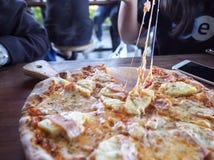 Diapositiva caliente de la pizza Fotos de archivo