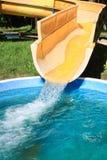 Diapositiva de agua del amarillo del parque del Aqua. Imagen de archivo libre de regalías