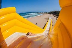 Diapositiva de apogeo del paseo del entusiasmo de la muchacha de la playa Fotografía de archivo libre de regalías