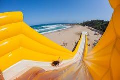 Diapositiva de apogeo del paseo del entusiasmo de la muchacha de la playa Imagen de archivo libre de regalías