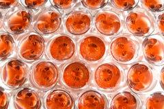 Diapositiva de Champán Pirámide o fuente hecha de los vidrios del champán con la cereza y el vapor del hielo seco Fotografía de archivo