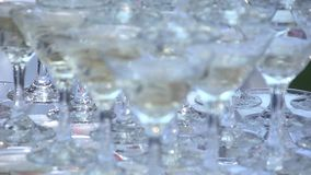 Diapositiva de vidrios con champán Cámara lenta almacen de video