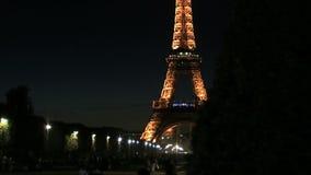 Diapositiva del lapso de tiempo de la torre Eiffel en la noche almacen de metraje de vídeo