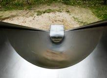 Diapositiva del metal en el patio de los niños, -abajo a la visión imágenes de archivo libres de regalías