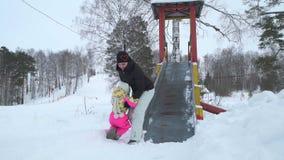 Diapositiva del montar a caballo de la niña en invierno almacen de metraje de vídeo