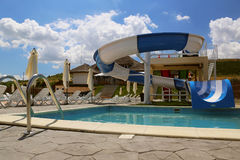 Diapositiva del parque del agua y piscina en un centro turístico de lujo en el delta de Danubio Imagen de archivo libre de regalías
