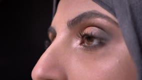 Diapositiva del primer tirada de las manos femeninas que dibujan los labios usando el pequeño cepillo para la mujer musulmán en h almacen de metraje de vídeo