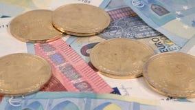Diapositiva euro de los billetes de banco 4k de la UE de las monedas de Bitcoin almacen de video