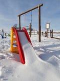 diapositiva para los niños en la nieve imágenes de archivo libres de regalías