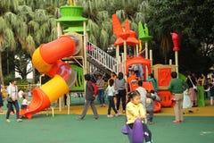 Diapositiva y niños anaranjados del juego del ` s de los niños en el ¼ ŒAsia de Chinaï Fotos de archivo libres de regalías