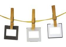 Diapositivas que cuelgan en una cuerda, espacio del freey para el pix Fotos de archivo