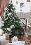 Diariamente interior en los tonos ligeros cubiertos hacia fuera con el árbol de navidad Fotografía de archivo libre de regalías