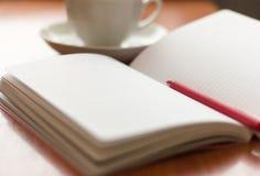 Diario abierto para escribir y bolígrafo en la tabla foto de archivo
