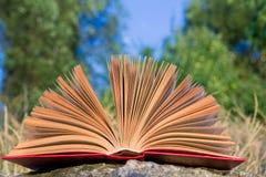 Diario aperto del libro della libro con copertina rigida, pagine smazzate sopra Fotografie Stock Libere da Diritti