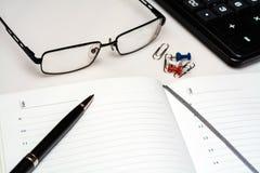 Diario aperto sul desktop con spazio per scrivere immagini stock