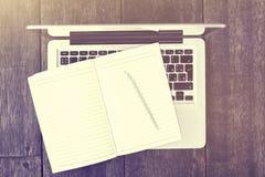 Diario in bianco con la matita con il computer portatile Immagini Stock