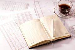 Diario con un texto de la pluma y del presupuesto fotografía de archivo libre de regalías