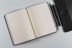 Diario con una penna e una compressa fotografie stock libere da diritti