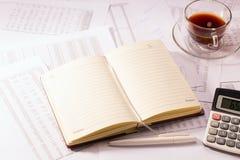 Diario con una penna e un calcolatore Fotografia Stock Libera da Diritti