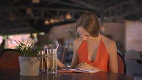 Diario de señora Drinks Beverage Reads en la tabla del café