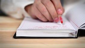 Diario de Taking Notes In del hombre de negocios de la mano almacen de video