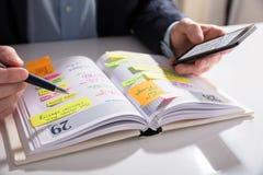 Diario de Writing Schedule In del empresario fotos de archivo
