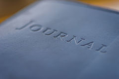 Diario del Hardcover con las letras grabadas en relieve fotografía de archivo