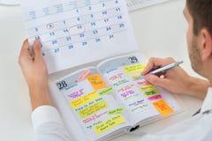 Diario di With Calendar And dell'uomo d'affari Immagini Stock