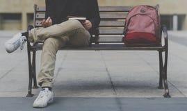 Diario di scrittura dell'uomo dello studente che raffredda sul banco Immagini Stock