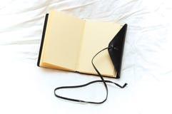 Diario en blanco de cuero romántico Fotografía de archivo libre de regalías