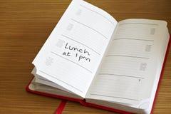 Diario genérico con la cita del almuerzo reservada adentro Foto de archivo libre de regalías