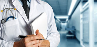 Diario médico del doctor With Stethoscope Keeps Concepto de la medicina de la atención sanitaria Fotos de archivo libres de regalías