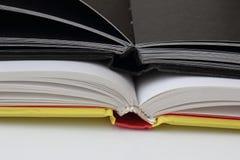 Diario nero di reggilibro due su Libro Bianco immagini stock