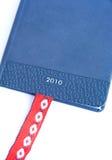 Diario para 2010 con la etiqueta de plástico roja de la paginación de la cinta. Fotografía de archivo