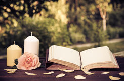 Diario personale con le pagine in bianco e le candele Concetto romantico Un libro con le pagine vuote sulla tavola Immagini Stock